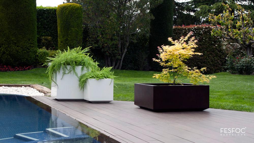 Utecomfort AS tilby deg moderne, klassiske og solid plantekasse Kubik fra Fesfoc Barselona til din egen lille oase i Oslo og Akershus, Norge